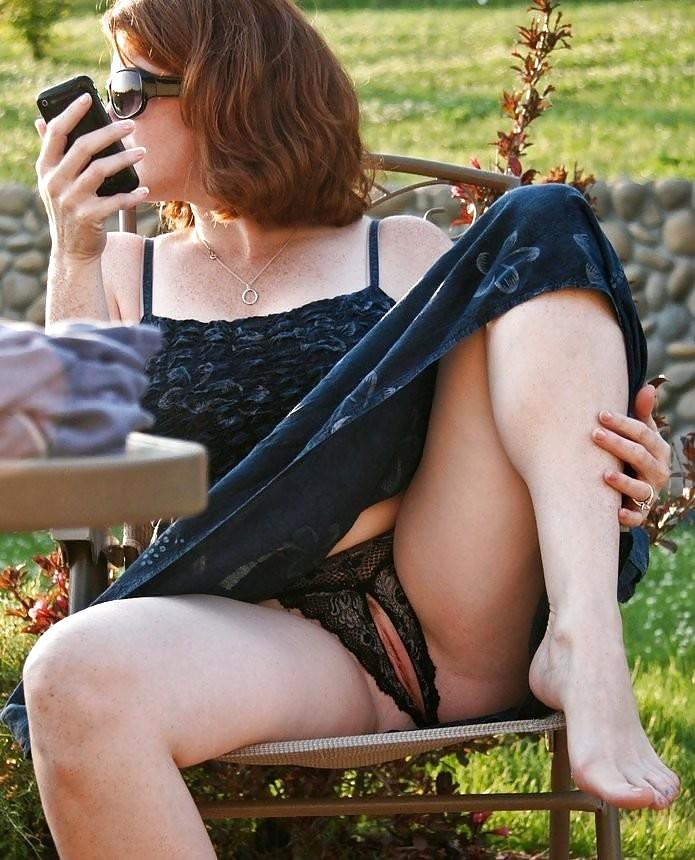 Chicas enseñando el coño en lugares públicos 12