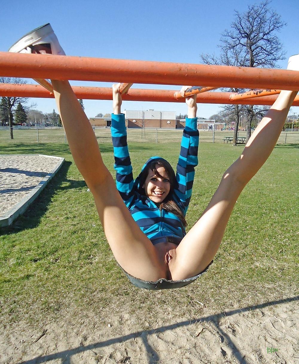 Chicas enseñando el coño en lugares públicos 14