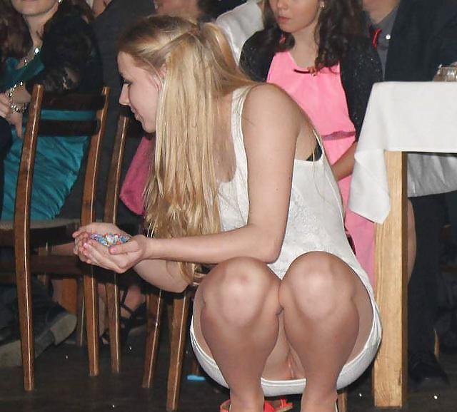 Chicas enseñando el coño en lugares públicos 2