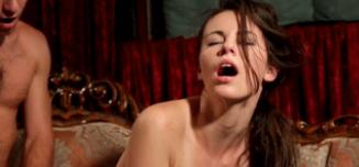 Sexo y posturas del kamasutra en el sofá
