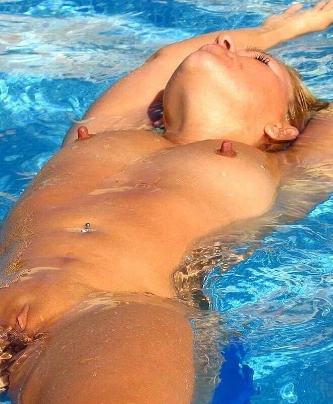 Pezones duros en la piscina