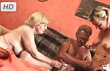 Tiene sexo con dos señoras mayores