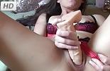 Chica follando con una polla de goma
