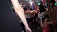 Grupo de personas follando en la discoteca