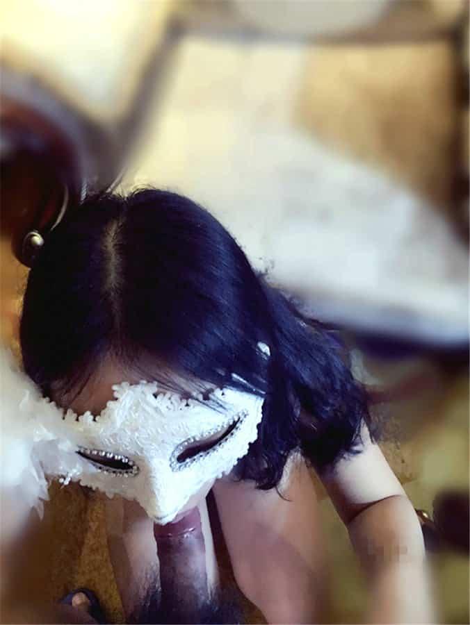Novia puta vestida de blanco y con máscara