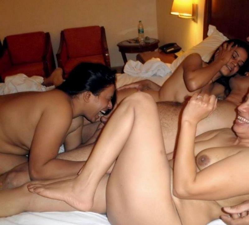 Tres mujeres follando con un hombre
