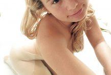 El coño apretado de una adolescente en la bañera