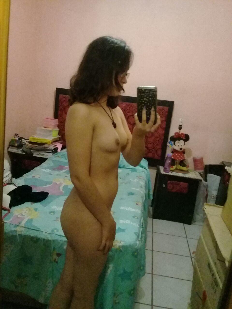 Joven peludita se hace selfies desnuda