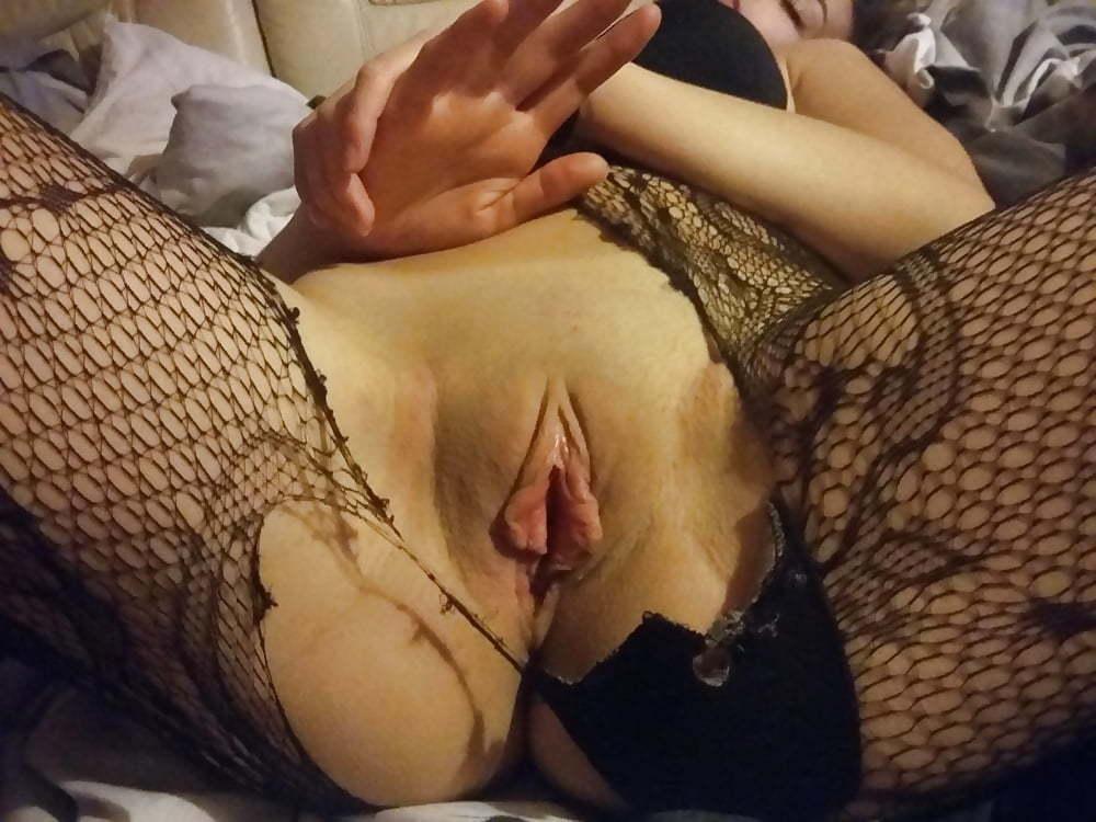 Chica amateur posando con las piernas abiertas