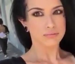Mujeres sin bragas, chicas enseñando el coño en la calle, videos porno