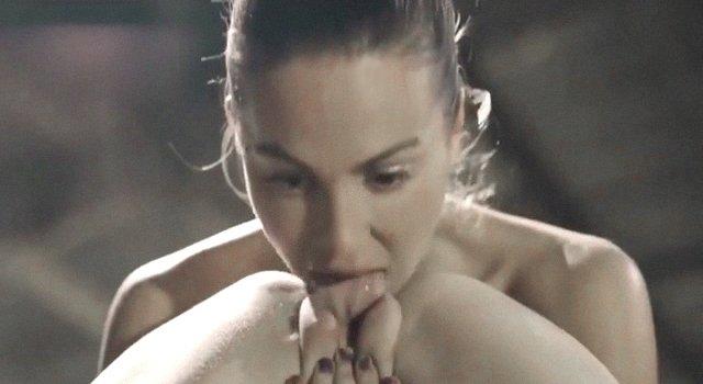 Lesbiana metiendo lengua en coño gordo