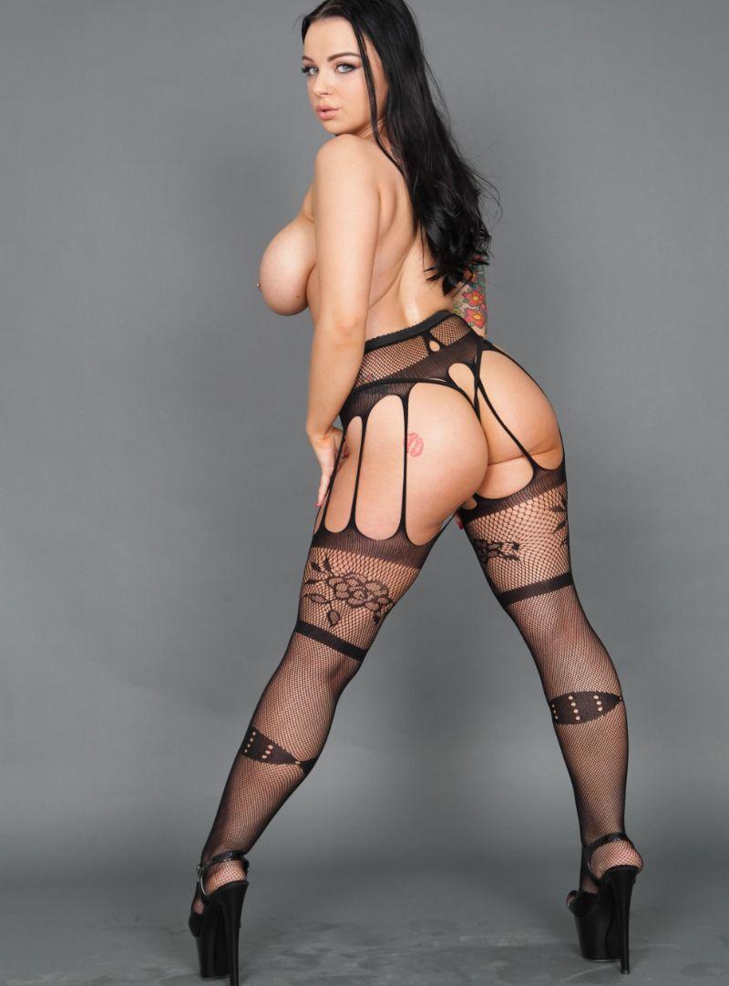 Las enormes tetas de Payton Preslee en imagenes además de sus curvas y su coño tatuado que tiene.